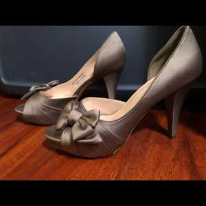 David's Bridal Maribelle Bow Platform